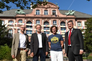 Herkner, Mosbrugger, Glowacz, Cepek vor der verpackten Museumsfassade