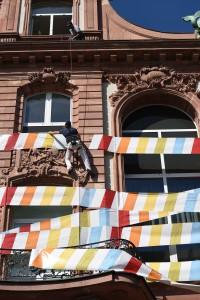 Stefan Glowacz seilt sich aus einem Fenster ab und klettert die Fassade hinauf. Foto: Senckenberg, Sven Tränkner