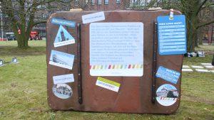 Mit diesem Koffer reist der Diplodocus quer durch Deutschland. Foto: Laura Blauschmidt