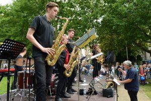 Die Schul-Big Band sorgte für die musikalische Unterstützung sowohl auf dem Weg als auch vor dem Senckenberg Naturmuseum. Foto: Senckenberg/Tränkner