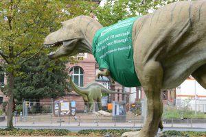 Auch der T-rex freut sich, dass der Diplodocus zurück ist und wirbt im Moment für die Fundraisingkampagne. Foto: Senckenberg, Traenkner