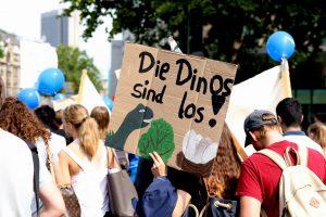 Die Dinos sind los! Schülerinnen und Schüler präsentieren ihre selbst gestalteten Plakate bei der Parade. Foto: Senckenberg/Blauschmidt