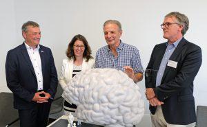 """Dr. Martin Čepek, Dr. Astrid Proksch, Karl-Heinz Körbel und Prof. David Poeppel, PhD mit dem 1:10 Modell des """"Begehbaren Gehirns"""". © Senckenberg/Neunzehn"""