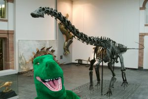 Die Senckenberg-Dinos begrüßen die Neuankömmlinge während der Dino-Woche in den Sozialen Netzwerken. Am 2. Juli erhält jeder als Dino verkleidet Museumsgast freien Eintritt ins Senckenberg Naturmuseum Frankfurt. Foto: Senckenberg