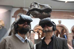 Projektleiter Philipe Havlik und Museumsleiter Dr. Bernd Herkner testen die neuen VR-Brillen im Senckenberg Naturmuseum Frankfurt. Copyright: Senckenberg/Tränkner