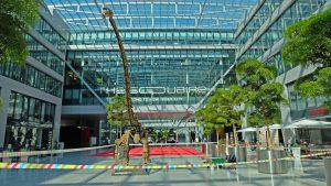 Der Langhalsdino ist bis April 2019 im THE SQUAIRE am Flughafen Frankfurt zu besichtigen, wo er für den Umbau des Senckenberg Naturmuseums wirbt. Copyright: Senckenberg / Neunzehn